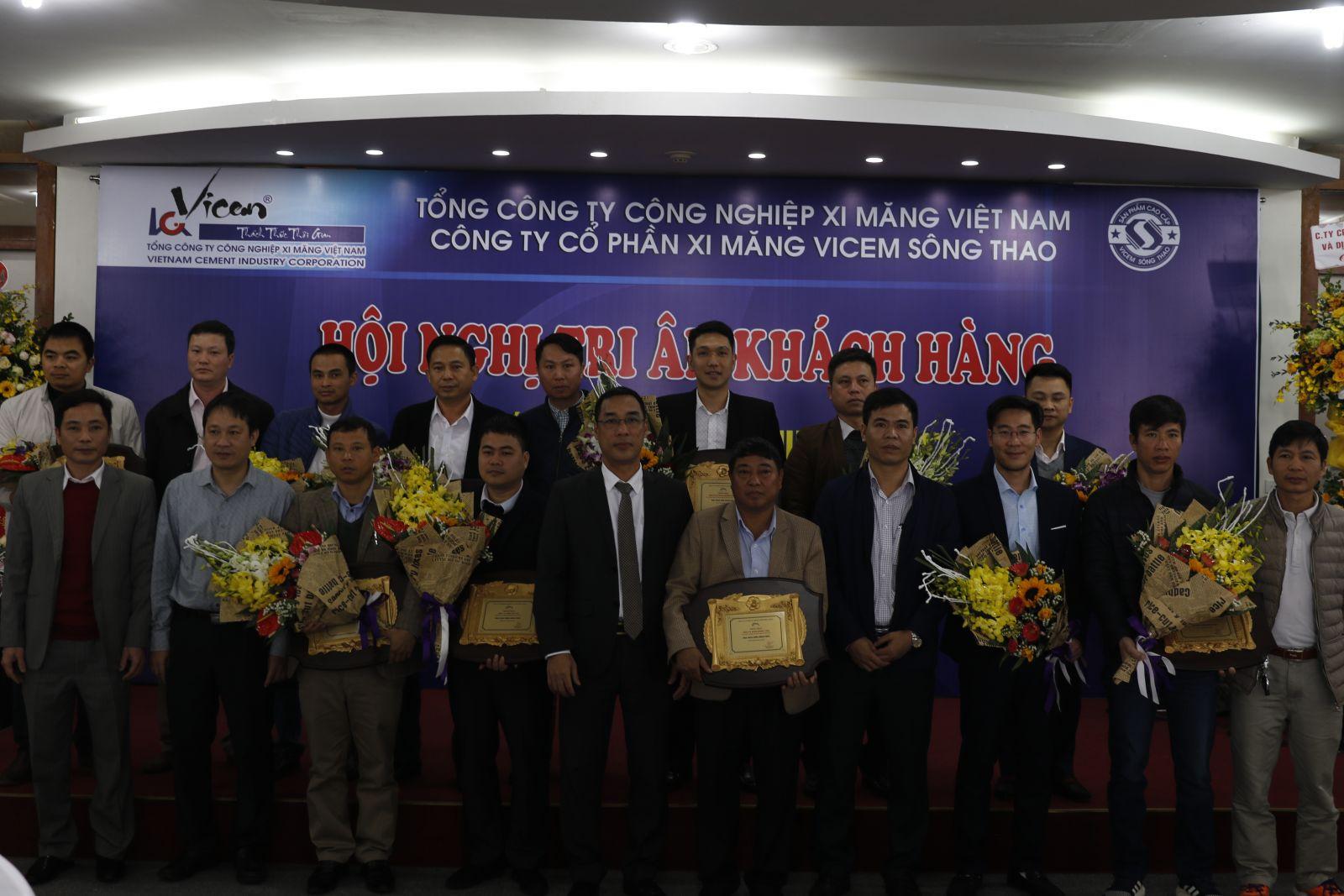Tổ chức thành công Hội nghị tri ân khách hàng tổng kết công tác tiêu thụ năm 2017 và Lễ ký kết hợp đồng tiêu thụ xi măng Vicem Sông Thao năm 2018